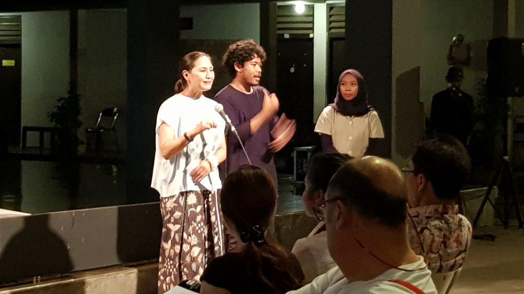 Direktur PSBK Jeannie Park menyampaikan kata sambutan, dengan juru bahasa Bisindo / PSBK director Jeannie Park presents opening remarks, with Bisindo interpreter
